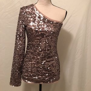 ✨Rose gold sequin one sleeve top NWT✨